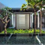 บ้านรีสอร์ทโมเดิร์น ออกแบบพร้อมสระว่ายน้ำ เน้นการพักผ่อนที่อิงแอบธรรมชาติ ด้วยโครงสร้างแบบโปร่งโล่ง
