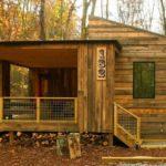 บ้านไม้ตากอากาศ มีระเบียงนั่งเล่นกินลมชมวิว โอบล้อมด้วยป่าเขาอันแสนอบอุ่น