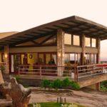 บ้านสไตล์รัสติคริมเชิงเขา เน้นการพักผ่อนที่ใกล้ชิดกับธรรมชาติ พร้อมวิวภูเขาแบบพาโนรามา