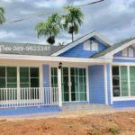 บ้านชั้นเดียวขนาดกะทัดรัด ตกแต่งด้วยผนังไม้โทนสีฟ้าอ่อน พื้นที่ใช้สอย 55 ตรม.