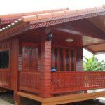 บ้านไม้สักหลังเล็กสไตล์ไทยประยุกต์ ครบครันด้วยห้องน้ำและห้องครัว พร้อมด้วยระเบียงนั่งเล่น
