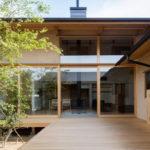บ้านญี่ปุ่นชั้นครึ่งรูปทรงตัวยู (U-Shape) อบอุ่นด้วยโครงสร้างไม้ ให้รูปลักษณ์สถาปัตยกรรมตามแบบฉบับบ้านญี่ปุ่น