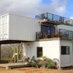 บ้านจากตู้คอนเทนเนอร์ พร้อมชั้นระเบียงชมวิวรอบทิศ ไอเดียสร้างพื้นที่พักผ่อนในสไตล์ที่มีเอกลักษณ์