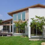 บ้านครึ่งปูนครึ่งไม้ เน้นใช้วัสดุจากธรรมชาติ อบอวลไปด้วยกลิ่นอายบ้านสวนเงียบสงบ