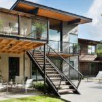 บ้านโมเดิร์นปูนเปลือย สวยดิบลงตัวกับวัสดุไม้ ตกแต่งเรียบหรูควบคู่บรรยากาศธรรมชาติ