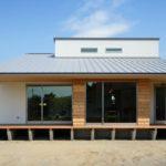 บ้านไม้ยกพื้นสไตล์มินิมอล ออกแบบและตกแต่งภายในอย่างสวยงามและอบอุ่น