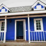 แบบบ้านหลังน้อยสไตล์โคโลเนียล โทนสีฟ้าผนังไม้  เรียบง่าย กะทัดรัด พร้อมระเบียงรอบบ้าน