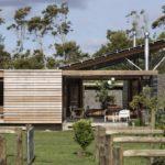 บ้านไม้ชั้นเดียว ออกแบบโปร่งโล่งใกล้ชิดธรรมชาติ โอบล้อมด้วยบรรยากาศท้องทุ่งเขียวขจี