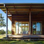 บ้านไม้เฉลียงกว้าง ก่อสร้างบนเนินชัน ออกแบบเน้นความโปร่งโล่ง รับลมจากธรรมชาติ