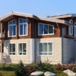 บ้านสองชั้นครึ่งไม้ครึ่งปูน ในโทนสีอบอุ่น สง่างามท่ามกลางธรรมชาติ