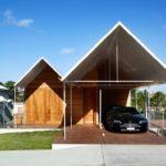 แบบบ้านสองชั้น ผสานโครงสร้างผนังอิฐและไม้ พร้อมหลังคาทรงหน้าจั่วสีขาวสะดุดตา