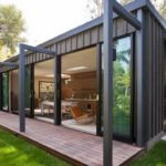 บ้านตู้คอนเทนเนอร์ ตกแต่งภายในด้วยงานไม้ อบอุ่น เรียบง่าย บนพื้นที่กะทัดรัด