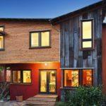 บ้านสไตล์รัสติคสองชั้น ดีไซน์บ้านไม้สีสวยลงตัวไปกับโครงสร้างทันสมัย ให้สัมผัสสวยงามและน่าพักผ่อน
