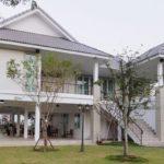 แบบบ้านไทยร่วมสมัย ตกแต่งโทนสีเทาอ่อนสบายตา มีมุมพักผ่อนใต้ถุนบ้าน ภายใต้บรรยกาศดีๆ จากธรรมชาติ
