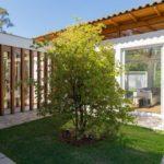 แบบบ้านสีขาวแสนโปร่ง ผนังกระจกเชื่อมโยงบรรยากาศภายในและภายนอก บนการตกแต่งสุดเรียบง่าย