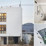 บ้านสไตล์โมเดิร์นขนาดสามชั้น สงบและโดดเด่นในโทนสีขาว เน้นความเป็นส่วนตัวท่ามกลางสภาพแวดล้อมในชุมชนเมือง