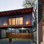 บ้านตู้คอนเทนเนอร์สองชั้น มีใต้ถุนสำหรับใช้งานอเนกประสงค์ ออกแบบอยู่สบาย เพื่อชีวิตที่ลงตัว