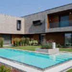 บ้านไม้สไตล์โมเดิร์น ตกแต่งผนังภายนอกด้วยโทนสีเทา ออกแบบพร้อมสระว่ายน้ำส่วนตัว