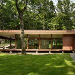 บ้านสวนรูปตัวแอล ยกพื้นต่ำ ตกแต่งผนังอิฐ อบอุ่นมั่นคงท่ามกลางแมกไม้เขียวขจี