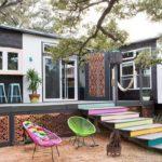 บ้านหลังน้อยแต่ความสุขเต็มร้อย ออกแบบรูปทรงตัวแอลมีระเบียงพร้อมบาร์นั่งเล่น ตกแต่งด้วยสีสันที่สดใสและมีสเน่ห์