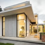 บ้านสไตล์โมเดิร์น ออกแบบกลมกลืนไปกับผนังอิฐเก่าแก่ พร้อมสนามหญ้าหน้าบ้าน