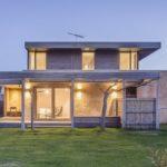 บ้านสไตล์รัสติค โดดเด่นด้วยผนังอิฐโชว์แนว พร้อมโครงสร้างไม้ งามสง่าอย่างเป็นธรรมชาติ