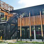 """พาไปชม """"บ้านไม้กระดาน"""" สัมผัสกลิ่นอายบ้านไม้ไทย ผสมผสานกับสถาปัตยกรรมสมัยใหม่"""