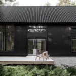 บ้านคอทเทจเฉลียงไม้ ตกแต่งในโทนสีดำ แทรกตัวอยู่ท่ามกลางธรรมชาติอันเงียบสงบ