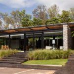 บ้านโมเดิร์นรัสติค โครงสร้างปูนเปลือยสวยดิบ ท่ามกลางทุ่งหญ้าเขียวขจี