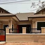 บ้านชั้นเดียวรูปทรงร่วมสมัย ตกแต่งภายนอกด้วยโทนสีอ่อน ให้บรรยากาศอบอุ่นและผ่อนคลาย