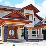 บ้านรูปทรงร่วมสมัย ขนาดสองชั้น โดดเด่นด้วยหลังคาหน้าจั่วเล่นระดับ ตกแต่งอบอุ่นในโทนสีเบจ
