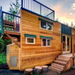 บ้านทรงกล่องขนาดกะทัดรัด ตกแต่งสไตล์รัสติค ดีไซน์เพื่อการพักผ่อนสุดสบาย แวดล้อมด้วยป่าธรรมชาติ