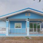 แบบบ้านชั้นเดียวโทนสีฟ้า ดีไซน์สวยงามสไตล์ทรอปิคอล พร้อมพื้นที่อยู่อาศัยพอเพียงสำหรับครอบครัวเริ่มต้น