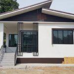 บ้านชั้นเดียวสไตล์คอนเทมโพรารี โดดเด่นด้วยหลังคาปีกนก แต่งแต้มด้วยสีขาวที่ให้ความสวยงามสบายตา