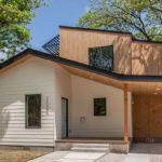 บ้านสองชั้นแนวโมเดิร์นมินิมอล เน้นดีไซน์เรียบง่าย ผสานเข้ากับวัสดุจากธรรมชาติ ดูอบอุ่นและมีชีวิตชีวา