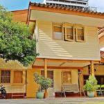บ้านไม้สองชั้นสไตล์ร่วมสมัย ตกแต่งด้วยโทนสีเหลืองอร่าม น่าอยู่ในแบบไทยๆ พร้อมด้วยมุมพักผ่อนในสวนสวย