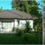 บ้านขนาดกะทัดรัดชั้นเดียว ตกแต่งสไตล์โมเดิร์นในโทนสีขาว แวดล้อมด้วยสวนดอกไม้สุดสดชื่น