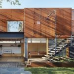 แบบบ้านสองชั้นสไตล์โมเดิร์น โดดเด่นเป็นเอกลักษณ์ด้วยโครงสร้างโทนสีอิฐ พร้อมก่อสร้างสตูดิโอในตัว
