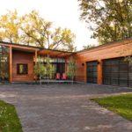 บ้านโมเดิร์นทรงตัวแอล สร้างบนเนินลาดชัน เชื่อมโยงพื้นที่ใช้ชีวิตให้ลงตัวไปกับธรรมชาติ