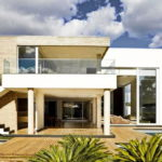 บ้านสไตล์โมเดิร์น งามสง่าในโทนสีขาว ออกแบบเพื่อคนรักกิจกรรมกลางแจ้งอย่างแท้จริง