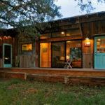 บ้านไม้ชั้นเดียวสไตล์รัสติค ดีไซน์พื้นที่ใช้สอยรูปตัวแอลมีเอกลักษณ์ โดดเด่นด้วยวัสดุจากธรรมชาติ