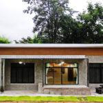บ้านชั้นเดียวขนาดกะทัดรัดสไตล์โมเดิร์นลอฟท์ งดงามด้วยผนังปูนเปลือย และเพดานเศษไม้อัด