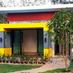 บ้านรีสอร์ทโมเดิร์น สวยดิบด้วยผนังปูนเปลือย ตกแต่งเพิ่มลูกเล่นด้วยสีสันสะดุดตา