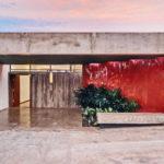 แบบบ้านชั้นเดียวสไตล์โมเดิร์นลอฟท์ ดีไซน์มีเอกลักษณ์ที่โดดเด่นผนังปูนเปลือยสีแดง และสวนกระจก
