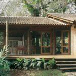 บ้านไม้ยกพื้น สไตล์รัสติค ออกแบบพื้นที่พักผ่อนเปิดโล่งเข้ากับธรรมชาติ พร้อมสระว่ายน้ำส่วนตัว