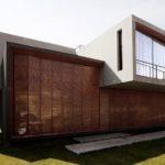 แบบบ้านสไตล์โมเดิร์น โครงสร้างมีมิติโดดเด่น ด้วยงานไม้ผสมปูนเปลือย เผยดีไซน์สถาปัตยกรรมที่สวยงาม