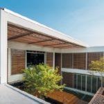 แบบบ้านโมเดิร์นสองชั้น สวยสง่าด้วยงานไม้ผสมปูน เติมธรรมชาติเข้าไปในการใช้ชีวิต พร้อมพื้นที่พักผ่อนกลางแจ้ง