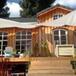 บ้านไม้คอจเทจขนาดกะทัดรัด สร้างอยู่ใกล้กับแม่น้ำ ให้บรรยากาศที่น่ารักอบอุ่นและสดชื่น
