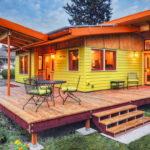 บ้านไม้สไตล์คอจเทจ น่ารักอบอุ่นด้วยสีเหลือง พร้อมพื้นที่เฉลียงเพื่อกิจกรรมกลางแจ้ง
