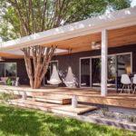 บ้านโมเดิร์นสุดโปร่ง ตกแต่งอ่อนโยนเบาสบาย มาพร้อมระเบียงเชื่อมโยงธรรมชาติสู่การใช้ชีวิตในบ้าน